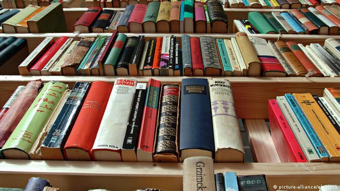 Volles Bücherregal (Foto: picture-alliance/eb-stock)