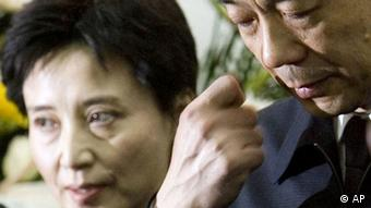 FILE - In this Jan. 17, 2007 file photo, then Chinaese Commerce Minister Bo Xilai, right, and his wife Gu Kailai attend a memorial ceremony for Bo's father Bo Yibo, a late revolutionary leader considered one of communist China's founding fathers, at a military hospital in Beijing. The murder of a British businessman by Gu, the wife of the ousted Chinese politician, was supposed to be an open-and-shut case, by the government's account, but the trial proceedings, and official statements about them, have failed to clarify glaring omissions in the case. (Foto:Alexander F. Yuan, File/AP/dapd)