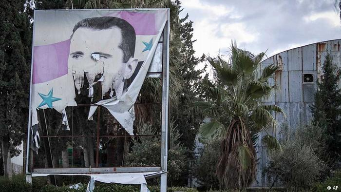 In this Saturday, Dec. 8, 2012 photo, a Free Syrian Army fighter offers evening prayers beside a damaged poster of Syria's President Bashar Assad during heavy clashes with government forces in Aleppo, Syria. The uprising, which began with peaceful protests against Assad's regime in March 2011, has escalated into a civil war that has killed more than 40,000 people, according to activists. (Foto:Narciso Contreras/AP/dapd) // Eingestellt von wa