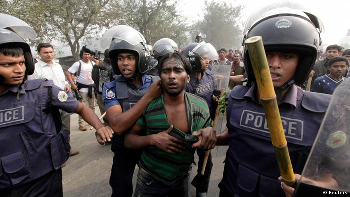 Police arrest an activist of the Bangladesh Nationalist Party (BNP), suspected of vandalising a bus during a nationwide blockade in Kachpur near Dhaka December 9, 2012. Police fired rubber bullets and tear gas to disperse protesters staging blockades across Bangladesh on Sunday as part of an opposition campaign for an independent caretaker administration to oversee next year's national election. REUTERS/Andrew Biraj (BANGLADESH - Tags: POLITICS CIVIL UNREST)