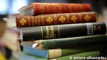 ARCHIV - Verschiedene Ausgaben von Grimms Märchen liegen in den Räumen der Brüder Grimm-Gesellschaft auf dem Tisch (Foto vom 08.02.2011). Am 20. Dezember ist es genau 200 Jahre her, dass der erste Band der berühmten «Kinder- und Hausmärchen» der Brüder Wilhelm und Jacob Grimm erschienen ist. Foto: Uwe Zucchi/dpa (zu lhe-THEMENPAKET vom 06.12.2012) +++(c) dpa - Bildfunk+++ pixel