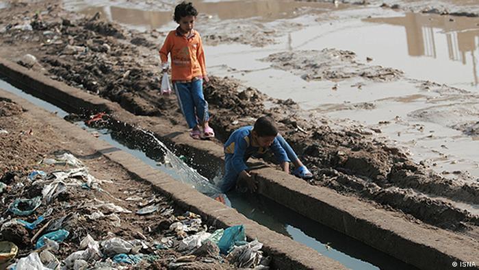 بازی کودکان در جویهای آب آلوده در ایران