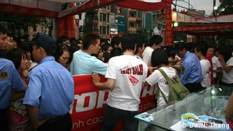 Vietnam, Supermarkt, Wochenende, Menschen im Supermarkt.