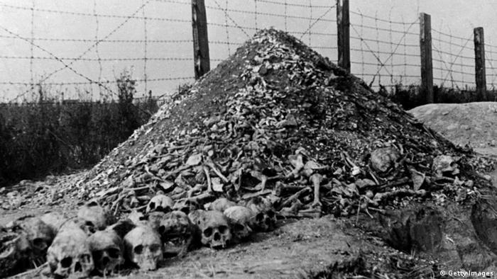 Ein Berg aus Knochen und menschlichen Schädeln: Das KZ Majdanek in der Nähe der polnischen Stadt Lublin nach der Befreiung 1944 durch sowjetische Truppen (Foto: Getty images)