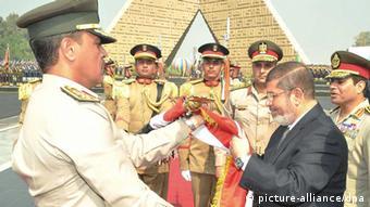 Mkuu wa majeshi Jenerali Abdel Fattah al-Sisi na rais Mursi.