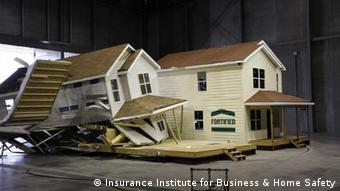 IBHS Sturm Simulator Insurance Institute for Business & Home Safety http://ofb.ibhs.org/media/images/gallery?imageGalleryId=4570#dialog geladen am 11.12.2012