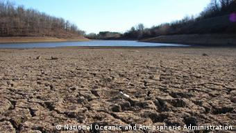 Quelle: http://upload.wikimedia.org/wikipedia/commons/8/82/California_Drought_Dry_Riverbed_2009.jpg Datum: 15 March 2009 +++National Oceanic and Atmospheric Administration, gemeinfrei+++