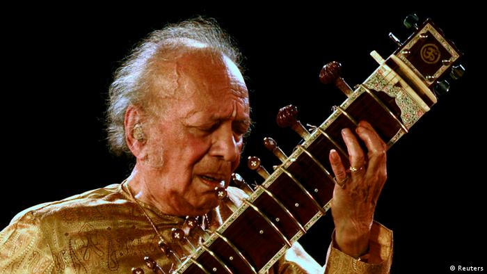 Indian sitar player Ravi Shankar performs in the eastern Indian city of Kolkata in this February 7, 2009 file photo.