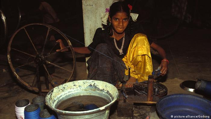 Girl in a spinning works (photo: picture-alliance/Godong)