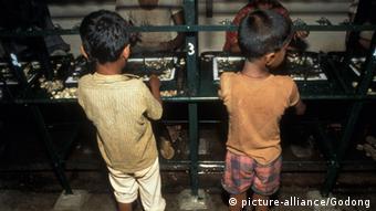 Παιδιά που δουλεύουν στην υφαντουργία