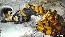 ARCHIV: Faesser mit leicht radioaktivem Atommuell werden in Remlingen (Kreis Wolfenbuettel) im ehemaligen Bergwerk und heutigen Atommuell-Endlager in eine Einlagerungskammer gekippt (Foto undatiert). Am Mittwoch (12.12.12) findet in Berlin eine Pressekonferenz zur fraktionsuebergreifend erarbeiteten Lex Asse statt. Der im frueheren Salzbergwerk Asse lagernde Atommuell soll schneller aus der maroden Schachtanlage geholt werden. In den vom frueheren Betreiber verschlossenen Kammern des vom Einstuerzen und Volllaufen bedrohten Bergwerks lagern rund 126.000 Faesser mit schwach und mittelradioaktivem Muell. Mit diesem Gesetz wollen wir eine parallele Vorgehensweise erreichen, dass wir also nicht mehr warten muessen, bis die Rueckholung bestaetigt ist, hatte Bundesumweltminister Peter Altmaier (CDU) bei seinem Besuch in der Asse-Region am 23. November angekuendigt. Unter anderem sollten durch die sogenannte Lex Asse kuenftig verfahrensrechtliche Regelungen gelockert werden. (zu dapd-Text) Foto: Helmholtz Zentrum Muenchen/dapd.