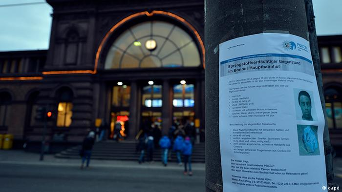 A front view of the Bonn central railway station at nightfall with a view of the wanted poster for a recent bomb scare(zu dapd-Text) Foto: Sascha Schuermann/dapd