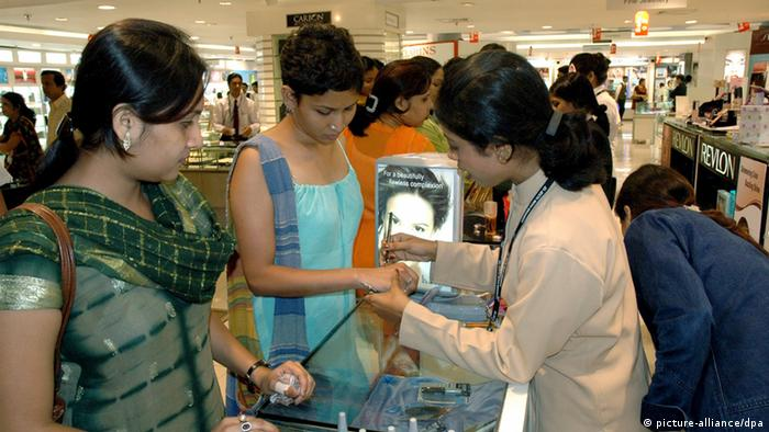 Indische Frauen beim Shopping (picture-alliance/dpa)