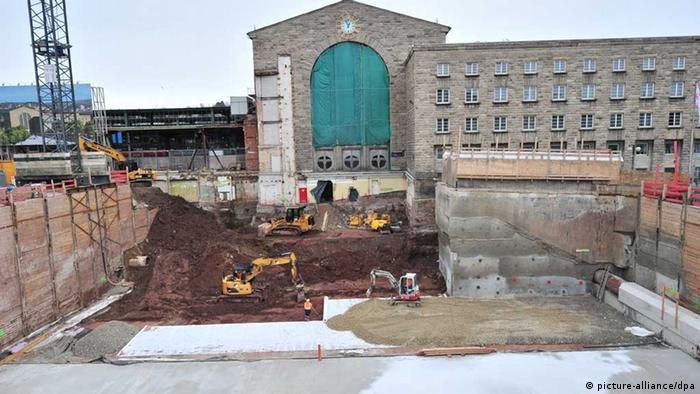 Workers digging a pit for a new Stuttgart 21 building +++(c) dpa - Bildfunk+++