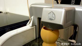 A vase is printed using liquid plastic Copyright: Fabian Schmidt/DW