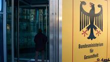 Berlin/ Das Eingangsschild des Bundesgesundheitsministeriums, aufgenommen am Mittwoch (12.12.12) in Berlin. Bundesgesundheitsminister Daniel Bahr (FDP) reagiert empoert auf die moegliche Entwendung von Daten aus seinem Ministerium. Ich bin stinksauer ueber diese kriminelle Energie, sagte Bahr der Bild-Zeitung (Mittwochausgabe) laut Vorabbericht. Das muss die Staatsanwaltschaft schnell aufklaeren. Ein Lobbyist der Apothekerschaft soll sich jahrelang geheime Unterlagen aus dem Bundesgesundheitsministerium beschafft haben. Die Berliner Staatsanwaltschaft bestaetigte der Sueddeutschen Zeitung entsprechende Ermittlungen, ueber die auch die Bild-Zeitung berichtete. (zu dapd-Text) Foto: Michael Gottschalk/dapd