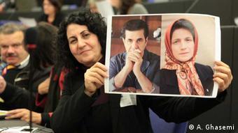 Iranka drži fotografiju dvoje disidenata