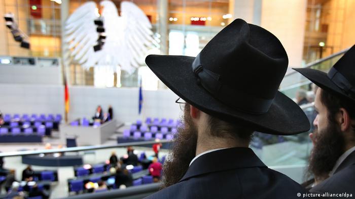 Rabbiner verfolgen am 12.12.2012 im Deutschen Bundestag in Berlin die Debatte über die Beschneidung. (Foto: dpa)