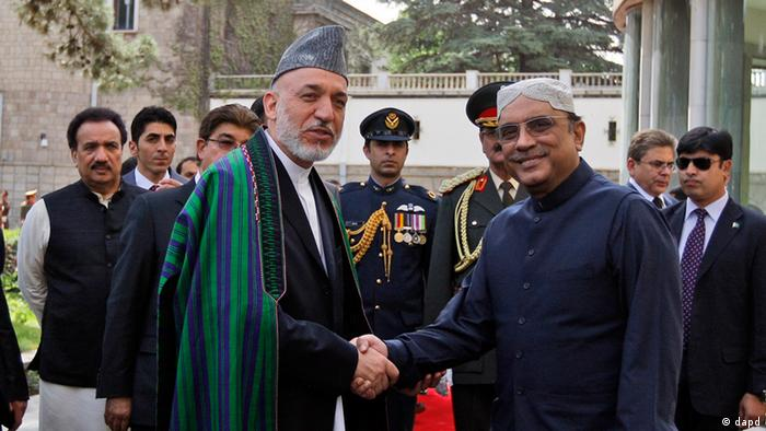 President of Afghanistan Hamid Karzai, left, shakes hands with Pakistani counterpart Asif Ali Zardari in Kabul, Afghanistan, Tuesday, July 19, 2011. (Foto: Omar Sobhani, Pool, Reuters/AP/dapd)