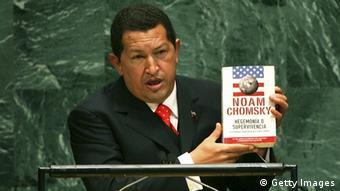 Hugo Chávez elogia un libro de Noam Chomsky durante su memorable alocución en la Asamblea General de la ONU (20.9.2006).