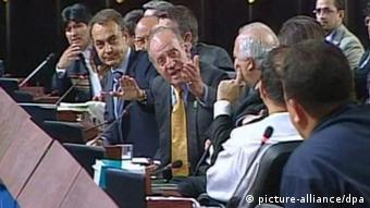 Spain's King Juan Carlos shouting 'Why don't you keep quiet!' to Venezuelan leader Hugo Chavez (R) as Bolivia's President Evo Morales (L), Spanish Prime Minister Jose Luis Rodriguez Zapatero (C-left, raising his hand) and Spanish Foreign Affairs Minister Miguel Angel Moratinos (4R) look on during the plenary session at the 17th Latin American Summit in Santiago de Chile, Chile, 10 November 2007. After this incident, King Juan Carlos left the session as Chavez insisted in criticizing former Spanish Minister Jose Maria Aznar. EPA/- +++(c) dpa - Bildfunk+++