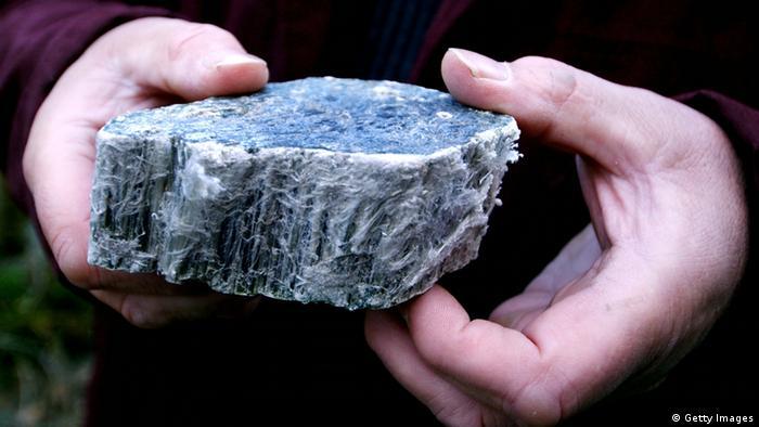 El asbesto es un nombre genérico para varios minerales de silicato de origen natural. Entre ellos, la grunerita, antofilita, actinolita y el crisotilo, o amianto blanco. El material fibroso era popular tanto en la construcción como en la industria, gracias a su durabilidad, resistencia al fuego, y porque se dejaba trabajar bien en el cemento.