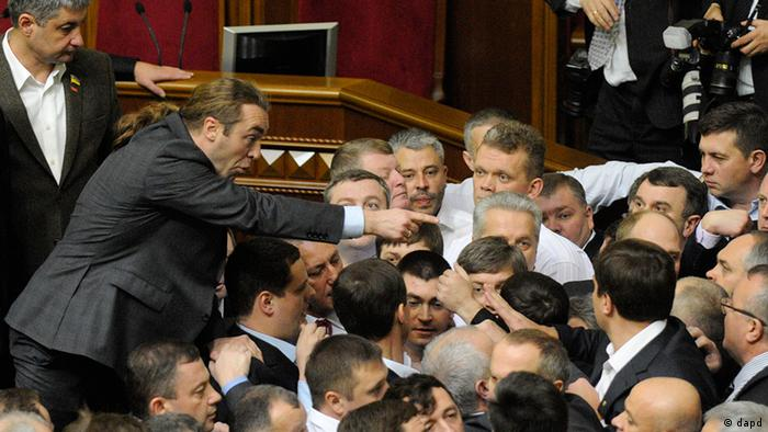 Ukrainian lawmakers fight around the rostrum during the first session of Ukraine's newly elected parliament in Kiev, Ukraine, Thursday, Dec. 13, 2012. A violent brawl between supporters of the president and opposition lawmaker broke out in parliament on Thursday, nearly overshadowing the naming of a new pro-government speaker to lead the fractious body. (Foto:Sergei Chuzavkov/AP/dapd)