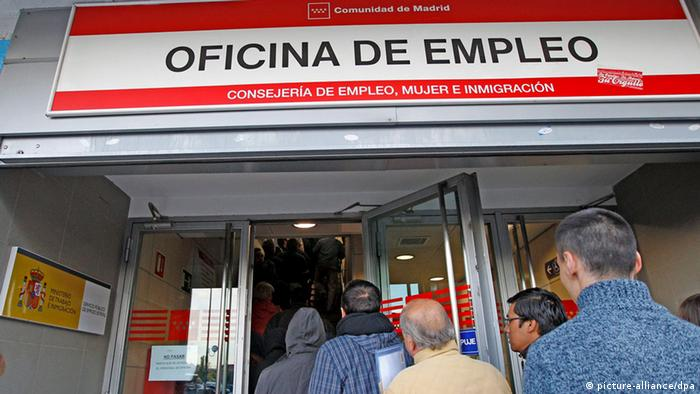 Spaniards in front of a labor office +++(c) dpa - Bildfunk+++