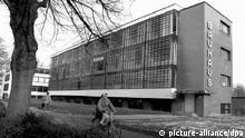 Das Gebaeude des Bauhauses in der Gropiusallee in Dessau. Das Bauhaus war 1925/26 von Weimar nach Dessau umgezogen. Walter Gropius und Hannes Meyer hatten mit ihren Mitarbeitern das neue Domizil entworfen. Heute ist das Gebäude Sitz der Stiftung Bauhaus Dessau. dpa (zu dpa lah vom 1.12. 96)
