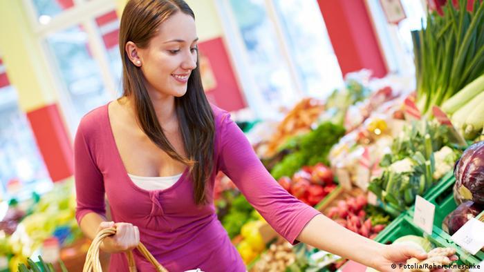 به جای خرید میوه و سبزیهایی که در کیسهها یا جعبههای پلاستیکی بستهبندی شدهاند، سراغ سبزی و میوههای آزاد بروید، برای مثال خرید از بازارهای هفتگی. خرید از این بازارها نه تنها موجب کاهش زباله میشود، بلکه از اسراف در پول و موادغذایی نیز میکاهد زیرا شما به اندازهای میوه یا سبزی میخرید که به آن احتیاج دارید.