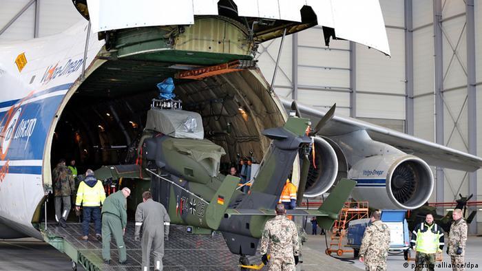 Bundeswehrsoldaten verladen einen Kampfhubschrauber Tiger am Flughafen Leipzig/Halle in ein Großraum-Transportflugzeug (Bild: dpa)