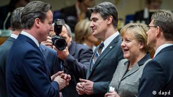 British Prime Minister David Cameron, left, speaks with Finland's Prime Minister Jyrki Tapani Katainen, right, and German Chancellor Angela Merkel, second right, during a round table meeting at an EU summit in Brussels on Thursday, Dec. 13, 2012. (Foto:Geert Vanden Wijngaert/AP/dapd)