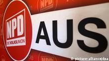 Das Wort «AUS» ist am 05.12.2012 in Pampow (Mecklenburg-Vorpommern) bei einer Pressekonferenz der Partei neben dem Parteilogo der NPD zu sehen. Der Bundesrat will am Freitag 14.12.2012 den geplanten neuen Verbotsantrag gegen die rechtsextreme NPD auf den Weg bringen. 2003 war ein erster Anlauf vor dem Bundesverfassungsgericht gescheitert. Foto: Jens Büttner/dpa +++(c) dpa - Bildfunk+++