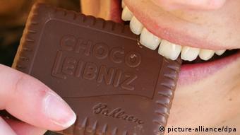 Mulher morde biscoito da marca Bahlsen