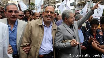 epa03483401 Mohammed El-Baradei (2-L) Nobel Peace Prize laureate and former head of the United Nations' nuclear watchdog walks next to former Presidential candidate Hamdeen Sabahi (3-L) during a rally over Morsi decrees, in Garden City, Cairo, Egypt, 23 November 2012. Opposition planned a mass rally to protest constitutional changes ordered by the Islamist President Morsi. Morsi on 22 November signed constitutional amendments making his decisions immune to judicial review. EPA/STR +++(c) dpa - Bildfunk+++