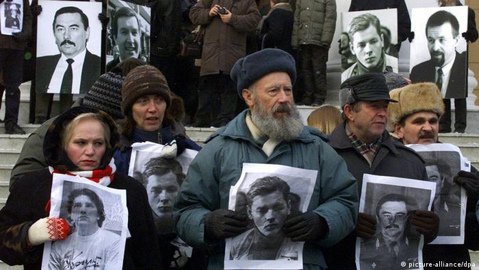 Участники акции протеста в Минске держат в руках портреты пропавших оппозиционных политиков: Захаренко, Гончара, Красовского, Завадского