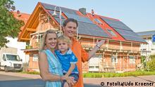 Eigenheim © Udo Kroener #35625548 - Fotolia.com Themenbild schrumpfende Mittelschicht in Deutschland . Glückliche Familie mit Eigenheim und Auto