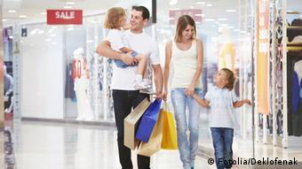 Семья среднего класса с двумя детьми с покупками