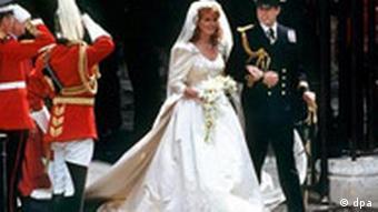 Счастливая пара выходит из церкви: отныне они муж и жена