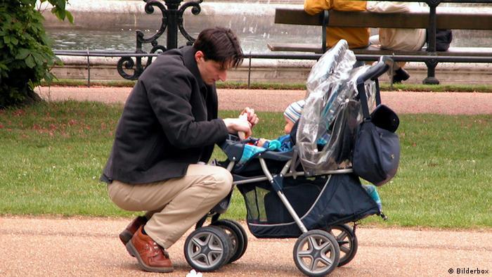 Vater mit Kinderwagen (Foto: BilderBox)