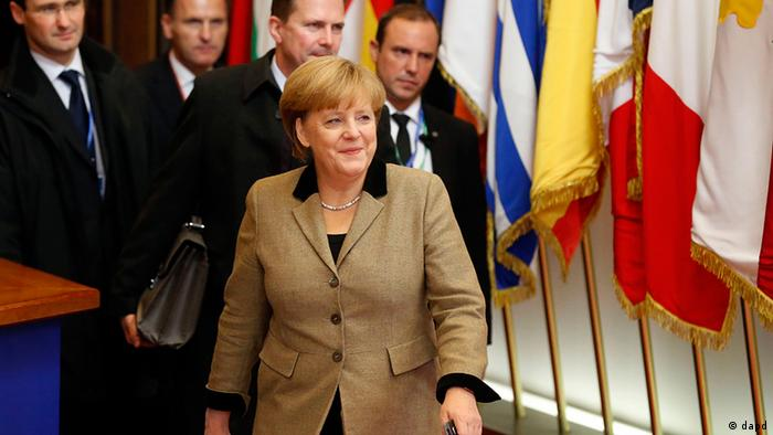German Chancellor Angela Merkel, center, leaves after an EU summit in Brussels on Friday, Dec. 14, 2012. France and Germany have had more than their share of difference over the past few months, but this week at long last the two countries were able to find a compromise that allowed the European Union to realize a deal on a banking union. (Foto:Michel Euler/AP/dapd)