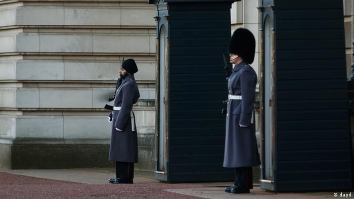 Солдат-сикх в тюрбані біля Букингемського палацу в Лондоні