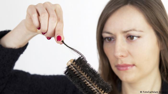 Haarausfall Frau mit Bürste