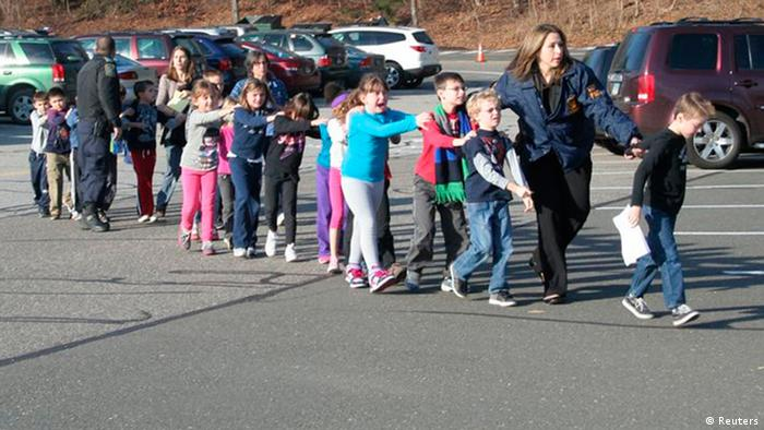 Schüler der Sandy-Hook-Grundschule in Newtown, Connecticut am Tag des Amoklaufes (Foto: REUTERS/Newtown Bee/Shannon Hicks)