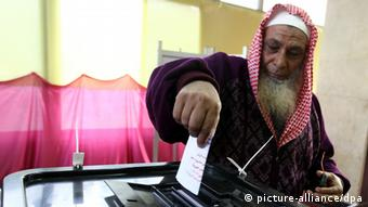 epa03509257 An Egyptian man casts his vote at a polling station during the referendum on a new constitution, in Cairo, Egypt, 15 December 2012. Polling places opened on 15 December in 10 of Egypt's provinces in the first round of a referendum on a draft constitution that has provoked demonstrations by pro- and anti-government protesters. EPA/KHALED ELFIQI +++(c) dpa - Bildfunk+++