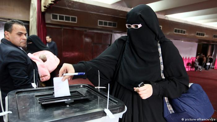 epa03509255 An Egyptian woman casts her vote at a polling station during the referendum on a new constitution, in Cairo, Egypt, 15 December 2012. Polling places opened on 15 December in 10 of Egypt's provinces in the first round of a referendum on a draft constitution that has provoked demonstrations by pro- and anti-government protesters. EPA/KHALED ELFIQI +++(c) dpa - Bildfunk+++