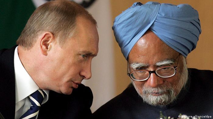 ولادیمیر پوتین (چپ) در یکی از دیدارهای پیشین خود با مانموهان سینگ، نخستوزیر هند