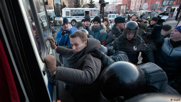 Police officers detain opposition leader Alexei Navalny during an unauthorized rally in Lubyanka Square in Moscow, Saturday, Dec. 15, 2012. (Foto:Pavel Golovkin/AP/dapd)