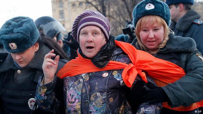 Поліцейські затримують учасницю акції опозиції в Москві
