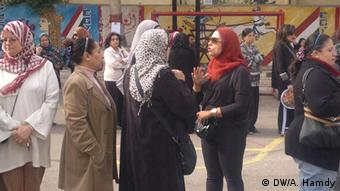 Women formed discussion groups as they stood in the lines waiting to vote. 15.12.2012, Heliopolis Copyright: DW/A. Hamdy